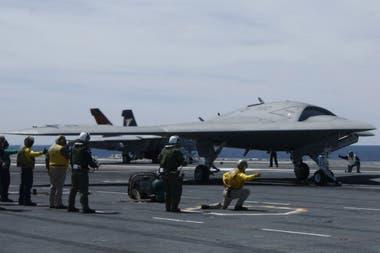 El avión experimental X-47B es el primero no tripulado en despegar desde un portaaviones