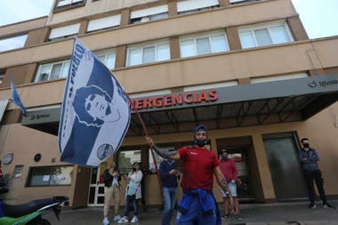 Hinchas frente a la clínica de La Plata donde se encuentra internado Diego Maradona