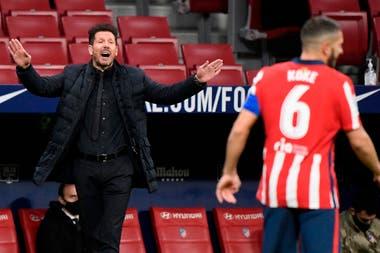 Diego Simeone baja pautas que el capitán Koke retransmite en la cancha.
