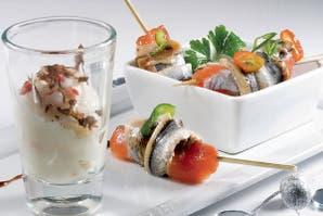 Bastones de salmón enchilados con crema de cebollas dulces