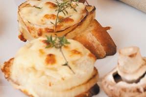 Bruschetta de cebolla y queso