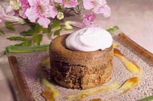 Torta húmeda de chocolate con merengue de malbec