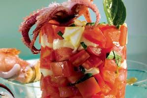 Ensalada de chipirones con tomate y queso mozarrella