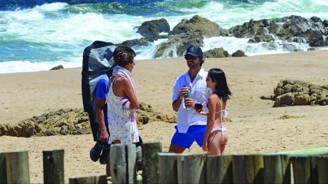 En plan íntimo, pasaron sus días esteños en Punta Piedras, donde Santiago alquiló una casa con un grupo de amigos, todos ajenos al mundo del espectáculo. Salieron poco a los lugares de moda y pasaron mucho tiempo en la playa.