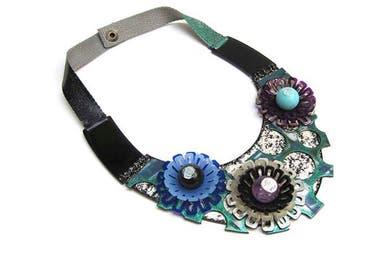 180680e3c976 Te recomendamos los grandes collares de materiales no tradicionales (como  caucho de siliconas