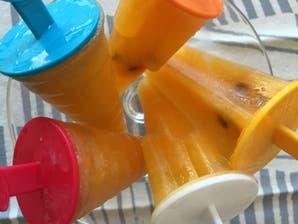 Paletas de helado de naranja y maracuyá