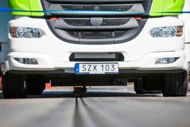 El riel le suministra electricidad para cargar la batería del camión