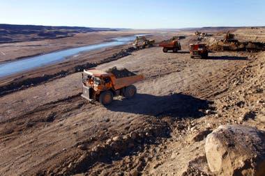 Camiones a pleno trabajo sobre el terreno