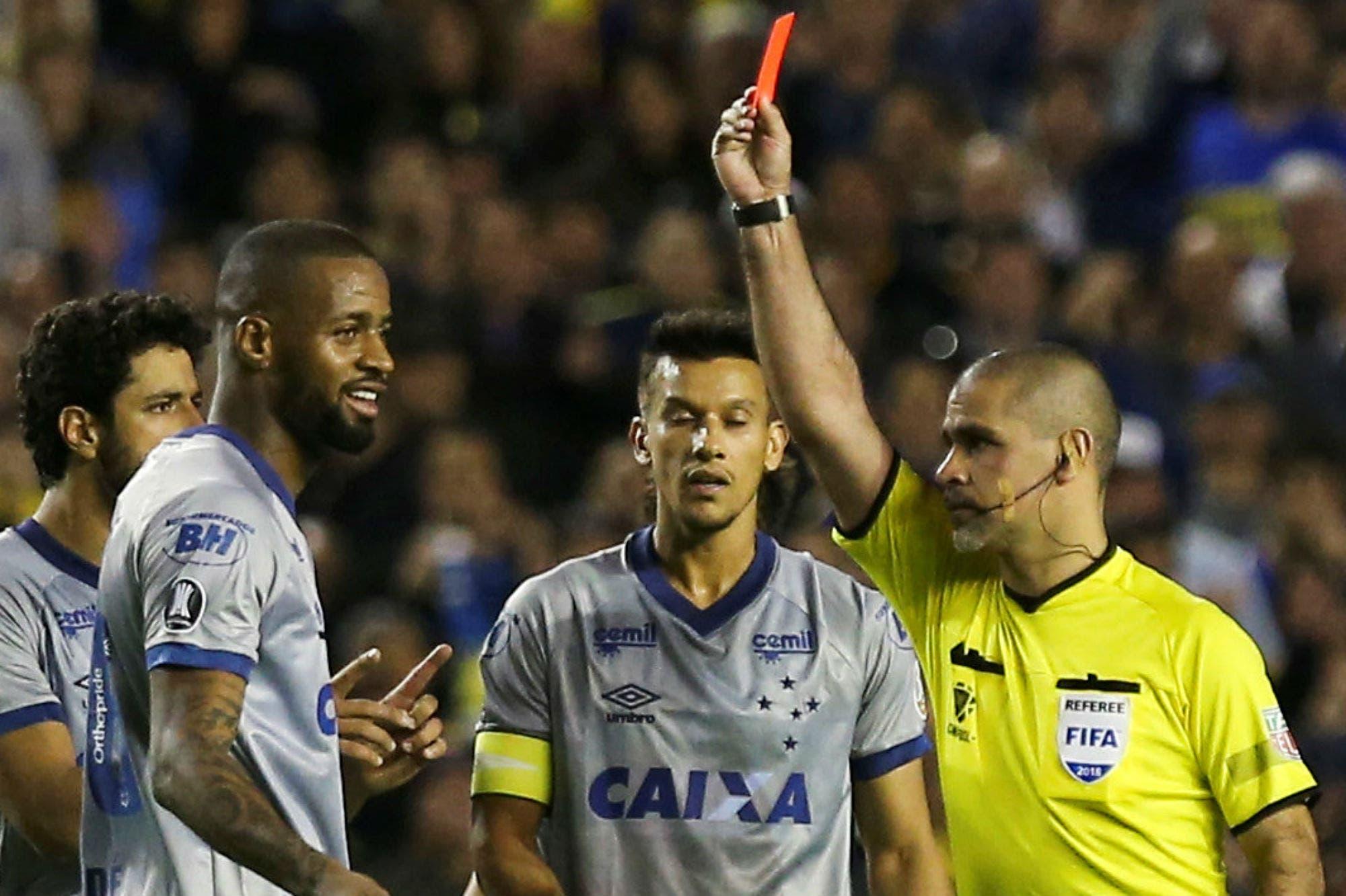 Los argumentos de Boca para que la Conmebol le mantenga la tarjeta roja al brasileño Dedé