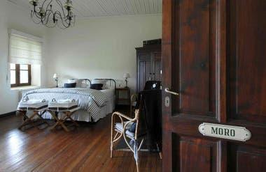 Los cuartos mantienen algunos muebles de los primeros tiempos en los que funcionó la Estancia Dos Lunas, a principios del S XX.
