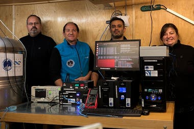 """Sergio Dasso, Omar Areso, Matías Pereira y Adriana Gulisano posan junto a """"Neurus"""" el detector de rayos cósmicos"""