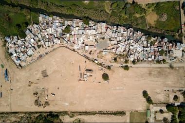 En marzo de 2018 se veía el terreno preparado para construir los 46 edificios y al lado, la villa rodrigo Bueno