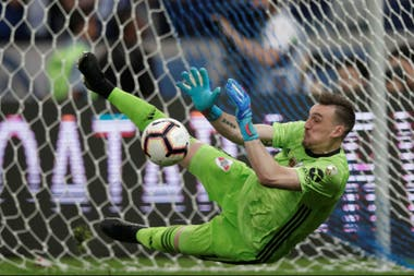 Armani ataja el primer penal de Cruzeiro, rematado por Henrique