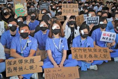 Miles de manifestantes atestaron la zona de salidas del aeropuerto