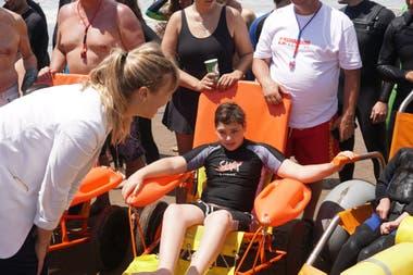 En las playas de la provincia de Buenos Aires, las sillas anfibias hacen posible que personas con discapacidad se puedan meter al mar