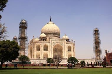 Taj Mahal. En los últimos años, sus cimientos comenzaron a dañarse y las grietas en sus paredes a hacerse cada vez más visibles. Peligra, incluso, su emblemática cúpula de mármol. Las autoridades decidieron dar mayor protección a este monumento indio y limitaron el caudal de visitantes