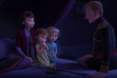 Acompañadas por su madre, la reina Iduna, las pequeñas Elsa y Anna escuchan atentamente la asombrosa historia de su padre, el rey Agnarr
