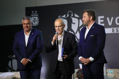Alejandro Sabella, homenajeado por Claudio Tapia y Alejandro Domínguez (Conmebol), en el predio de la AFA en Ezeiza