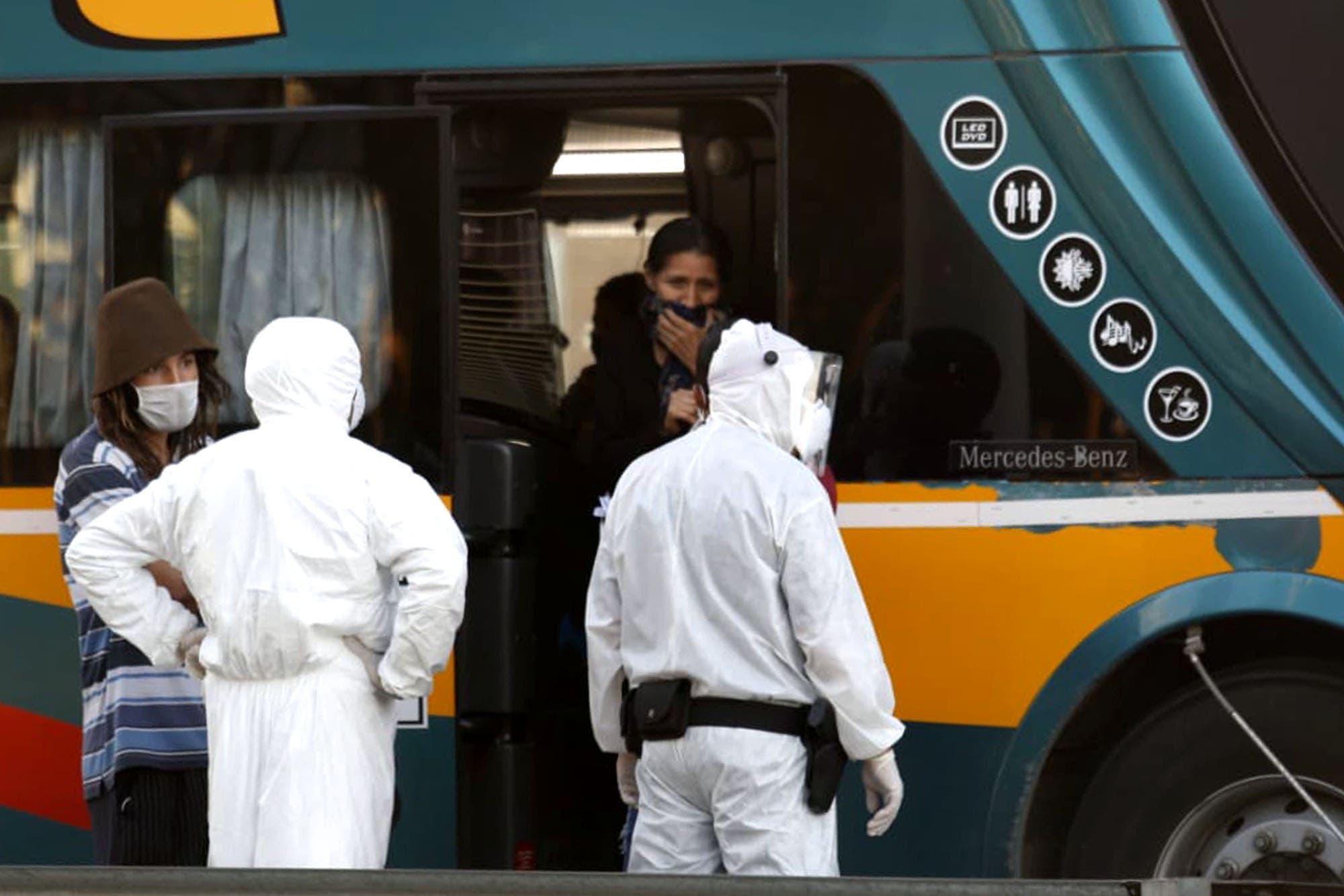 Micro jujeño: trasladaron a 60 extranjeros a hoteles porteños y a uno a un hospital porque tenía fiebre
