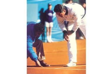 Gorman revisando un pique en el Buenos Aires Lawn Tennis Club, en 1988, como capitán de EE.UU. en la Copa Davis.