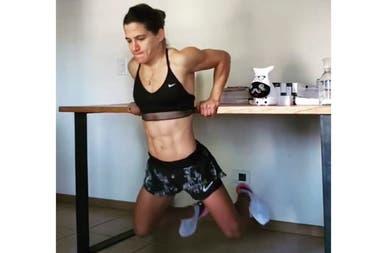 Paula en su casa, entrenándose