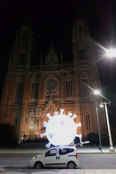 El coronamovil a su paso frente a la Catedral de La Plata