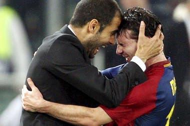 El director técnico Pep Guardiola y Lionel Messi, celebran la victoria del Barcelona en la final de la Liga de Campeones, tras derrotar al Manchester United, el 27 de mayo de 2009