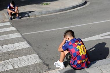 El desconsuelo de jóvenes hinchas; Messi se aleja de Barcelona