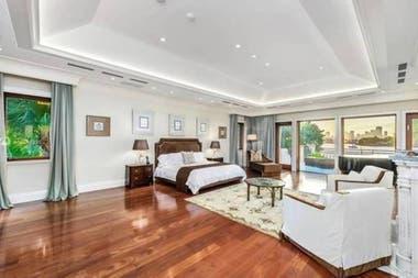 La habitación principal tiene el tamaño de un departamento de dos ambientes