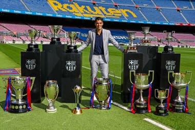 Suárez posa en el Camp Nou con los 13 títulos que ganó en las 6 temporadas que defendió la camiseta de Barcelona