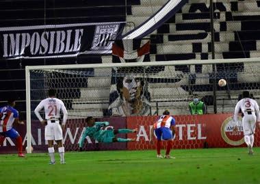 Uno de los penales de José Rivas con los que Estudiantes, de Mérida, impidió que Alianza Lima cortara la seguidilla de partidos sin triunfos: con 22, el equipo peruano marcó el récord de la historia de la Copa Libertadores.