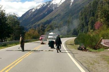 Otras comunidades mapuches activaron cortes de ruta en apoyo al lof que tomó el campo en el paraje El Foyel
