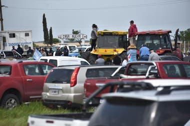Los productores se movilizaron hacia la entrada del campo cuya usurpación denunció el exministro de Agricultura Luis Miguel Etchevehere
