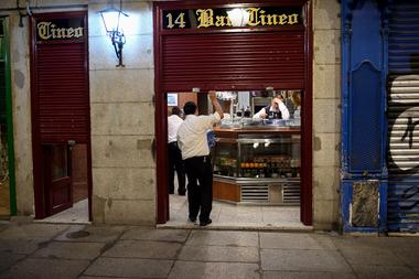 Los empleados se preparan para cerrar un bar al final de una jornada de trabajo en la Plaza Mayor de Madrid el 24 de octubre de 2020