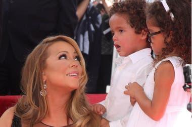 Carey junto a sus mellizos, Moroccan y Monroe, en la ceremonia de presentación de la estrella de la cantante en el Paseo de la Fama en Hollwyood, en 2015