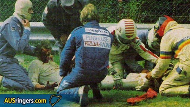 Lauda, inconsciente, recibe las primeras asistencias en el circuito de Nurburgring