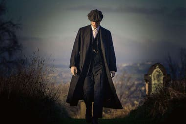 "Peaky Blinders. El tema ""Red Right Hand"", de Nick Cave, es la cortina de la serie, pero también aparecen PJ Harvey y Jack White, The Racounters, entre otras bandas contemporáneas"