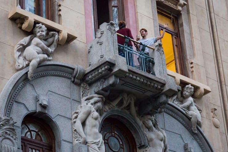 Exponente del estilo Liberty milanés, una versión italiana del art nouveau, la Casa Calise está ornada con esculturas de figuras femeninas y de ángeles.