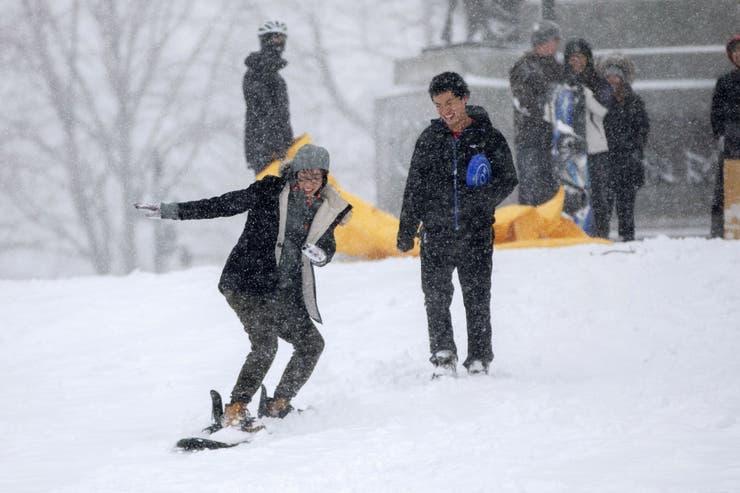 Algunos aprovechan la cantidad de nieve acumulada para divertirse
