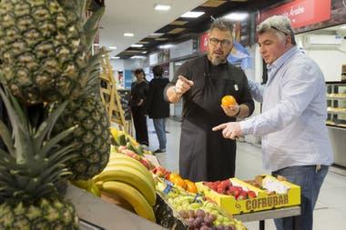 Donati de Santis visita Frutas Don Jorge, el local que se encuentra al lado de Cucina Paradiso, en el Mercado de Belgrano