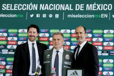Gerardo Martino junto a los dirigentes de la Federación Mexicana de Fútbol