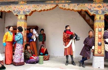 A la espera del comienzo de los bailes del tsechu, festival religioso que se celebra en el Punakha Dzong.