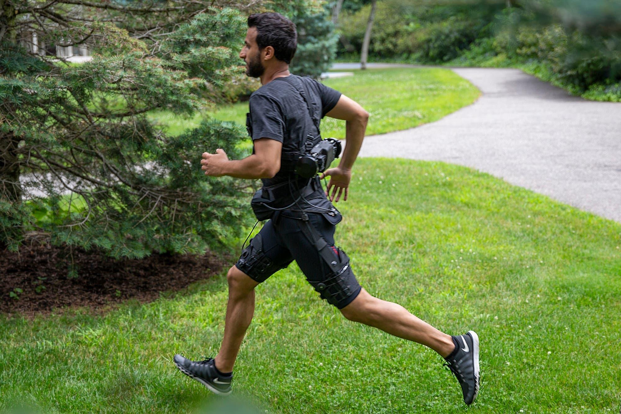 Este exotraje robótico ayuda a su portador a caminar y correr