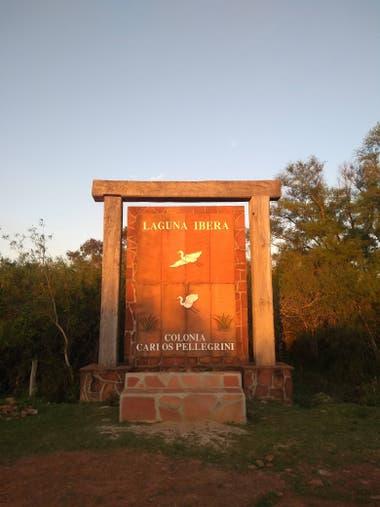 En el acceso al pueblo se encuentra la oficina de informes para los turistas. Este cartel y un sendero de avistaje de monos les da la bienvenida.