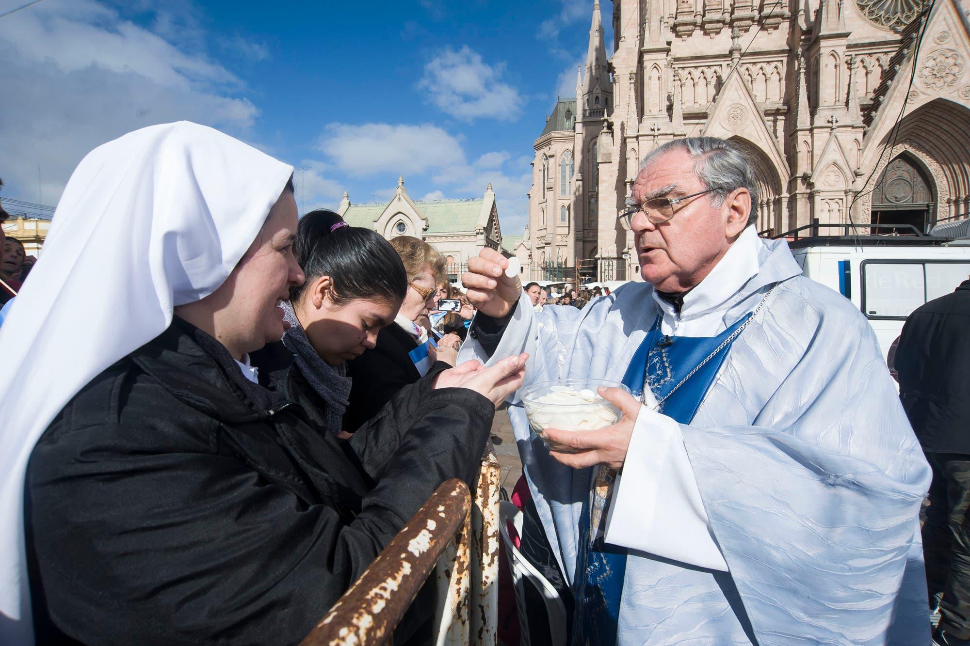 Coronavirus en la Argentina: el obispo Oscar Ojea pidió mejorar las condiciones de trabajo