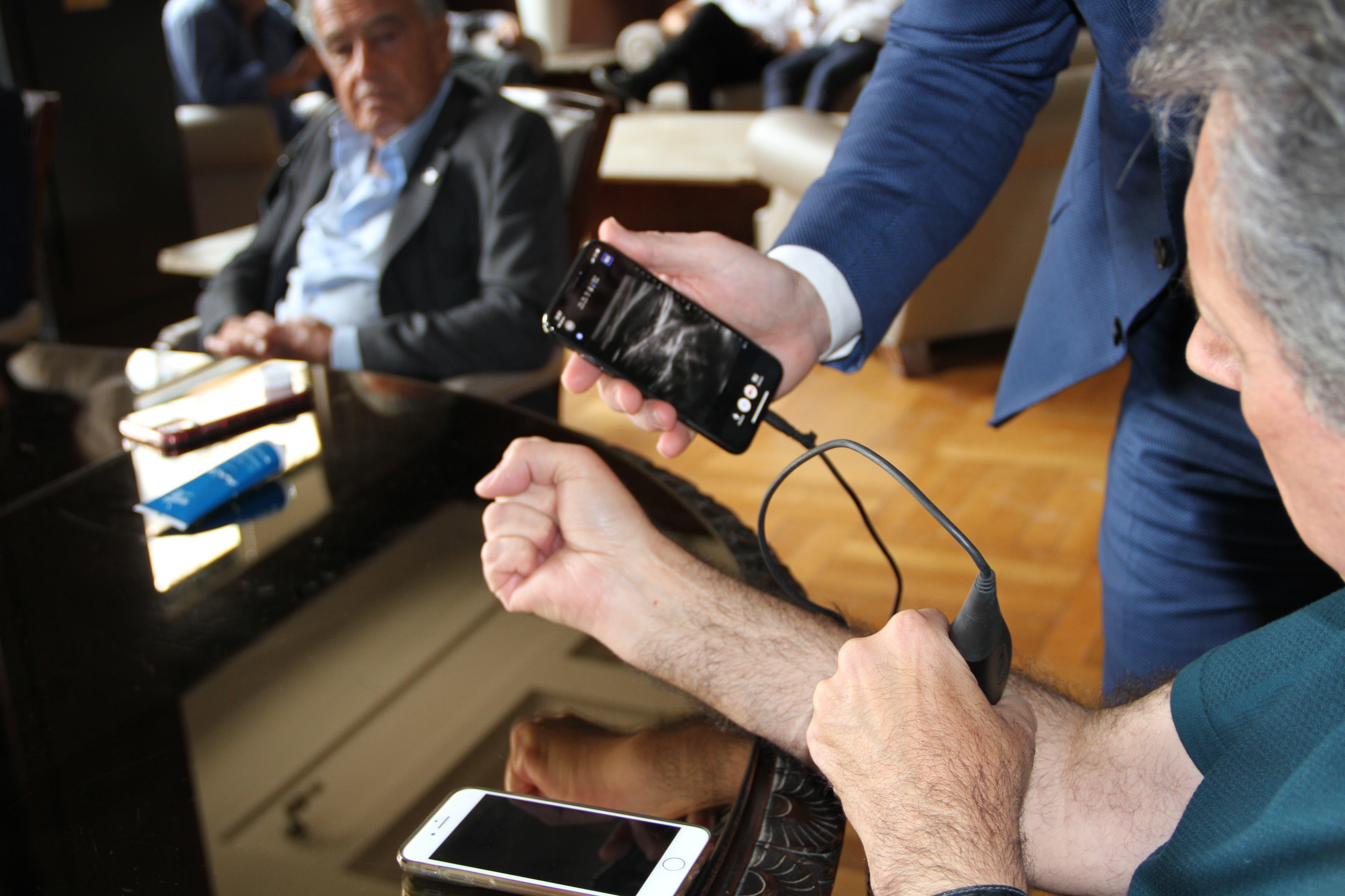 Presentan en la Argentina un dispositivo de bolsillo para hacer ecografías