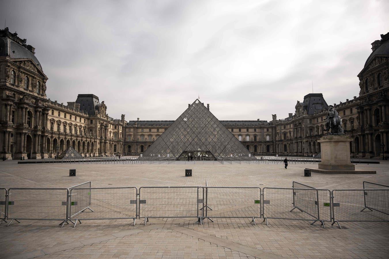 Nadie circula por los alrededores del Museo del Louvre