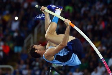 El santafesino estudió biomecánica para mejorar en sus saltos; su récord es de 5,75 metros.