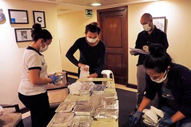 Los voluntarios y el personal de la salud realiza un chequeo permanente de los pacientes leves contagiados con Covid-19
