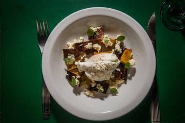 Zapallo en sartén con huevo poche, quesos y hierbas aromáticas.